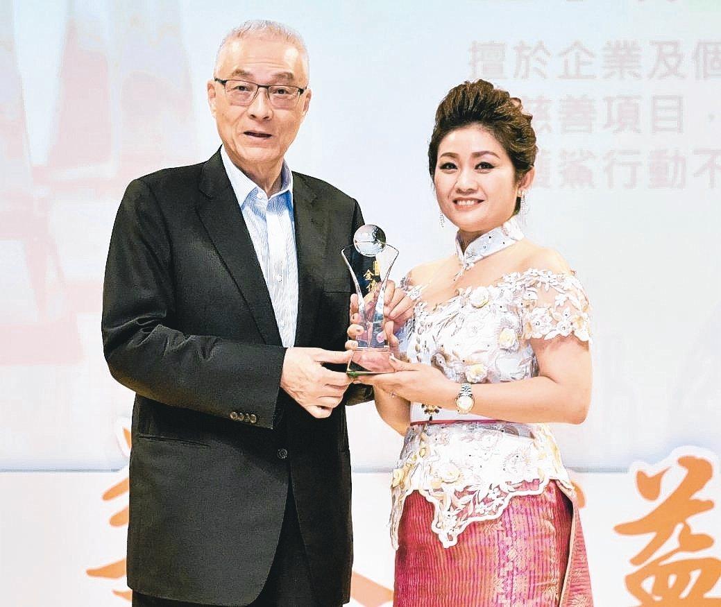 王孳霖(右)獲第二屆華人公益人物金傳獎,由國民黨主席吳敦義親自表揚。 工商經貿科...