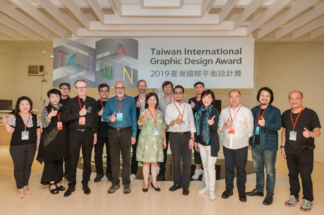 「2019TiGDA臺灣國際平面設計獎」國際評審團合照。商業司/提供