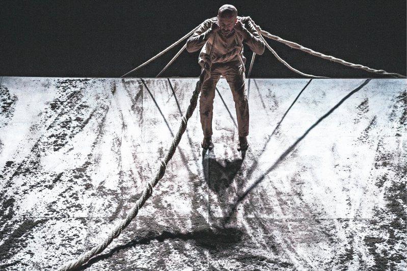 阿喀郎.汗編舞生涯最後一支獨舞作品「陌生人」(XENOS)。 兩廳院/提供