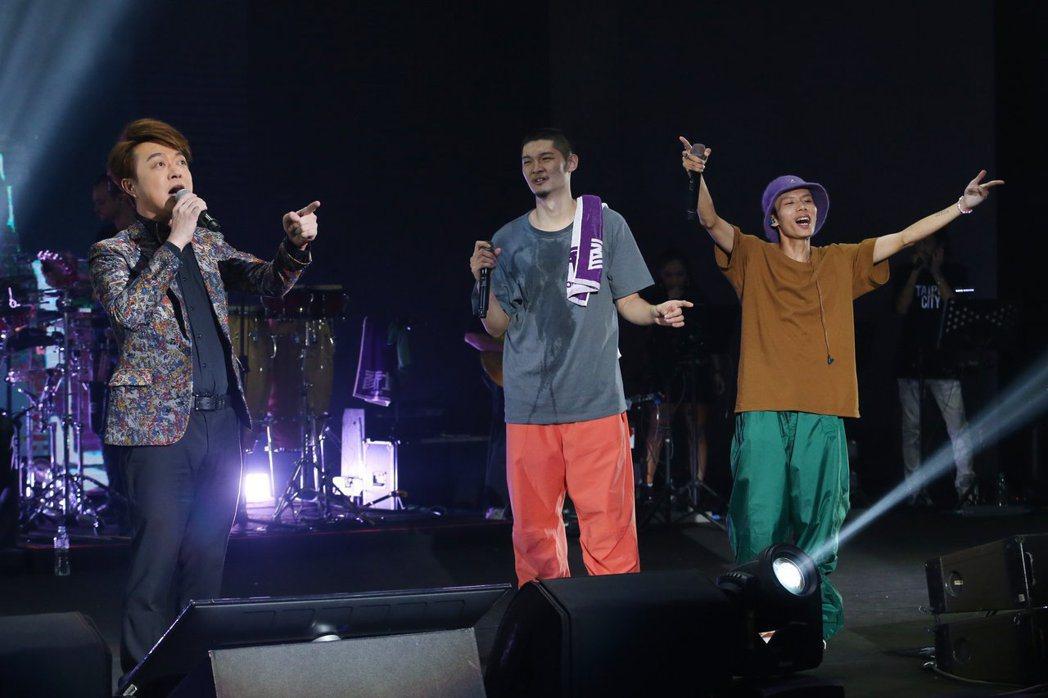 金曲歌王Leo王(中)及搭檔春艷(右)所組成的「夜貓組」首次在TICC台北國際會