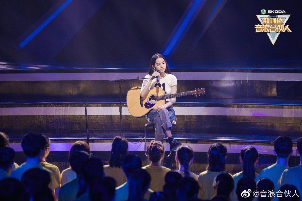 歐陽娜娜自彈自唱「天天想你」。 圖/擷自音浪合伙人微博