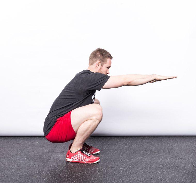 當你達到完整深蹲深度,你會感覺穩定且平衡。 圖/摘自《強肌深蹲:美國國家級運動員...