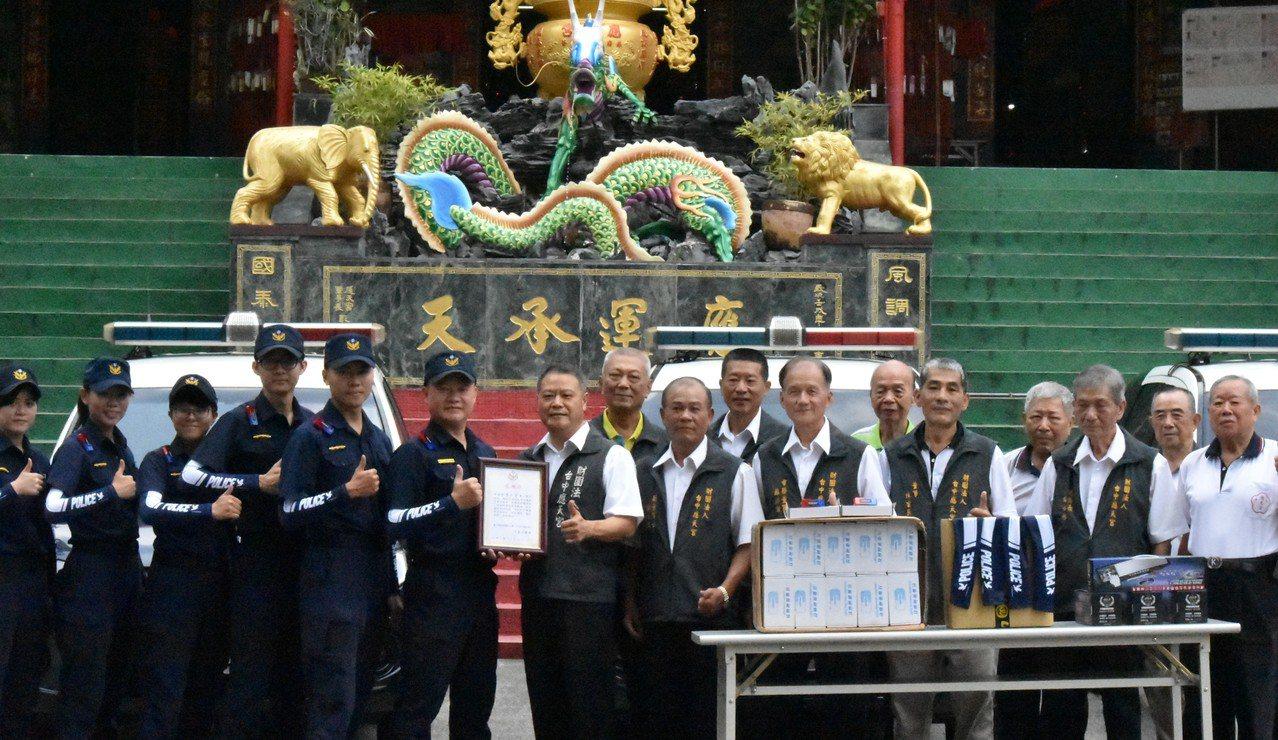 應天宮感謝警察人員辛勤地維持治安,捐贈100雙袖套、肩燈80個、行車紀錄器4組,...