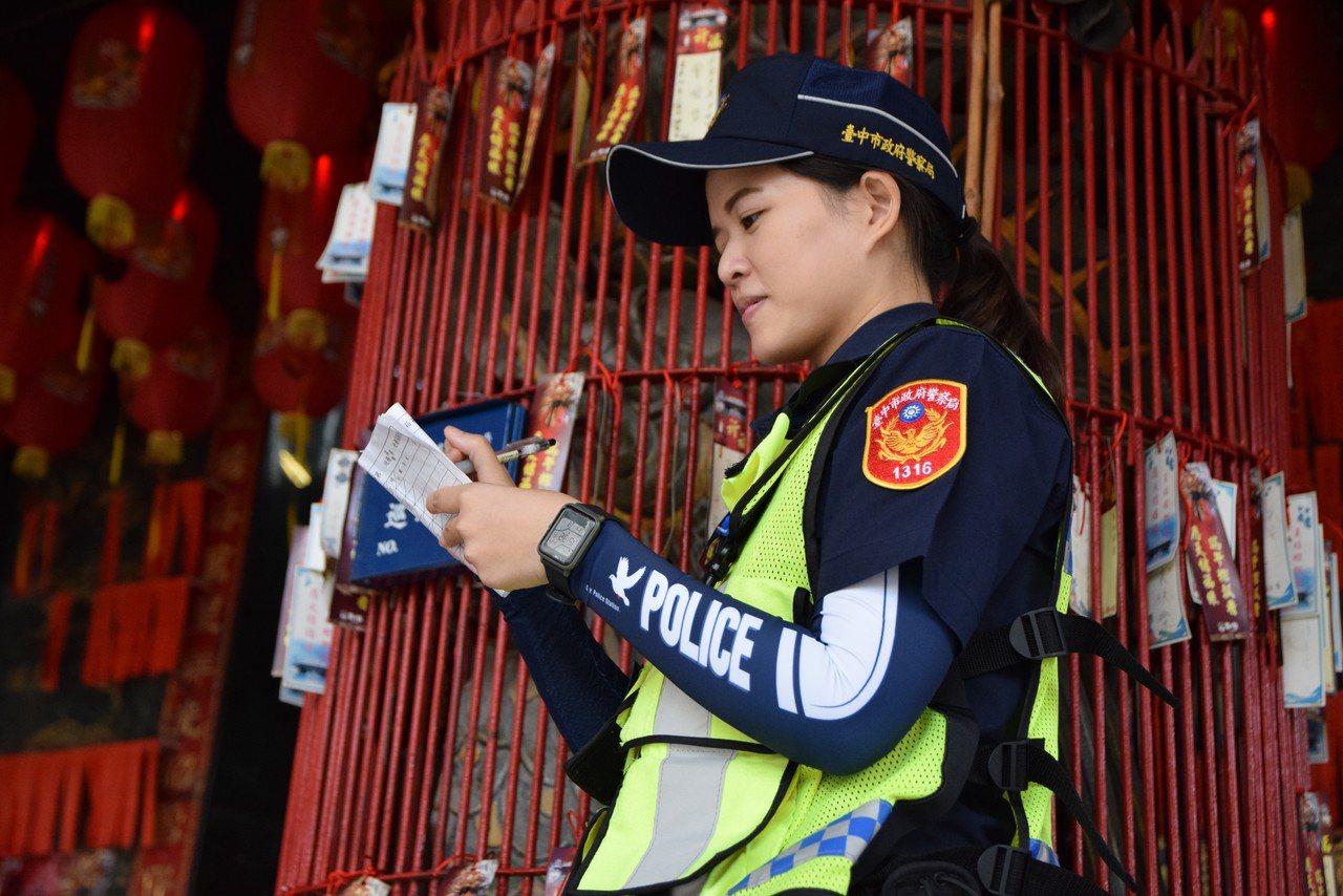 台中市公益所警員配戴女警鄭入嘉設計的警系袖套,在轄區內簽巡邏箱,架式十足。圖/台...