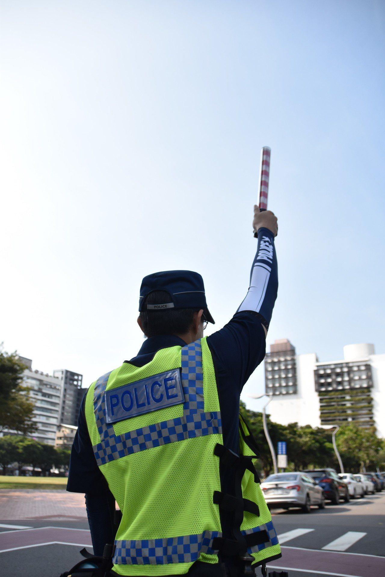台中市公益所警員配戴女警鄭入嘉設計的警系袖套,在轄區內指揮交通,有效防曬,也十分...