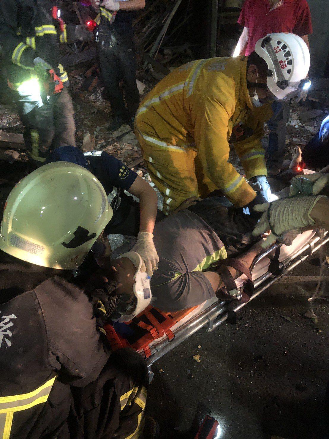 救護員將劉姓駕駛救出送醫。圖/讀者提供