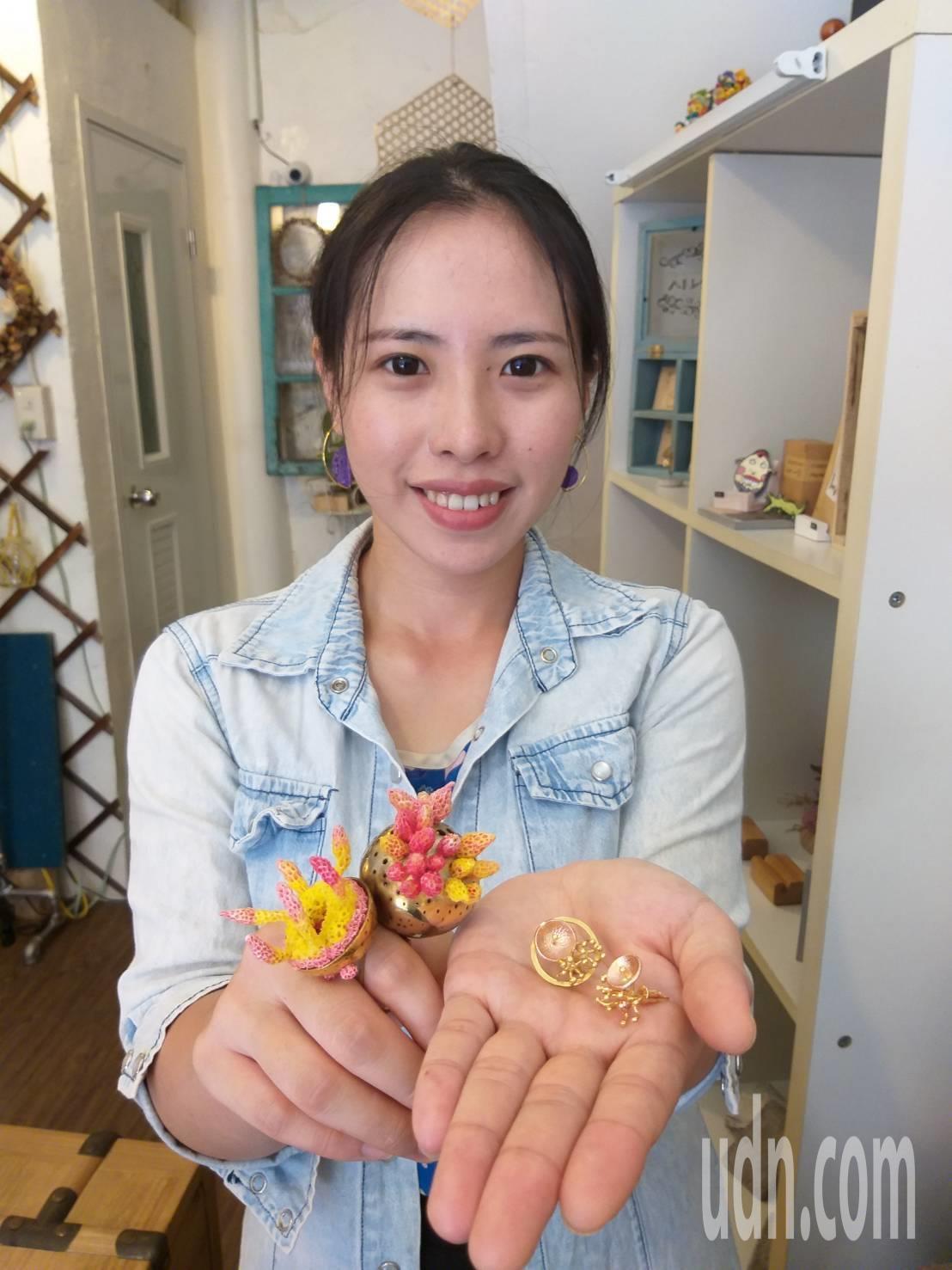 基隆女孩黃玉婷成立「飾不飾獨創設計工作室」,塑料作品讓人驚艷,金工飾品也有一群愛...