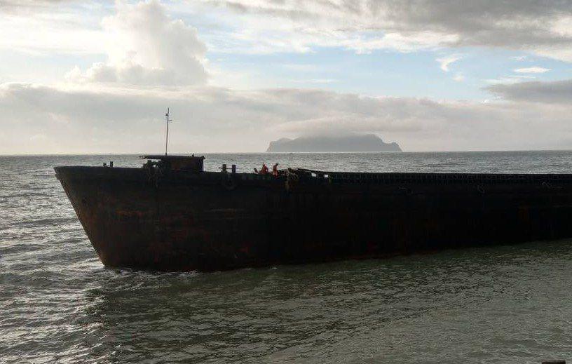 拖船作業人員登船正船頭進行安全檢查。圖/海王子提供