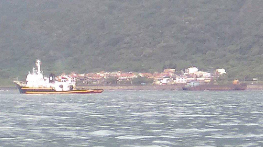 救難船(左)正準備要拖帶從大陸飄來的幽靈船(右) 。圖/第七海巡隊提供