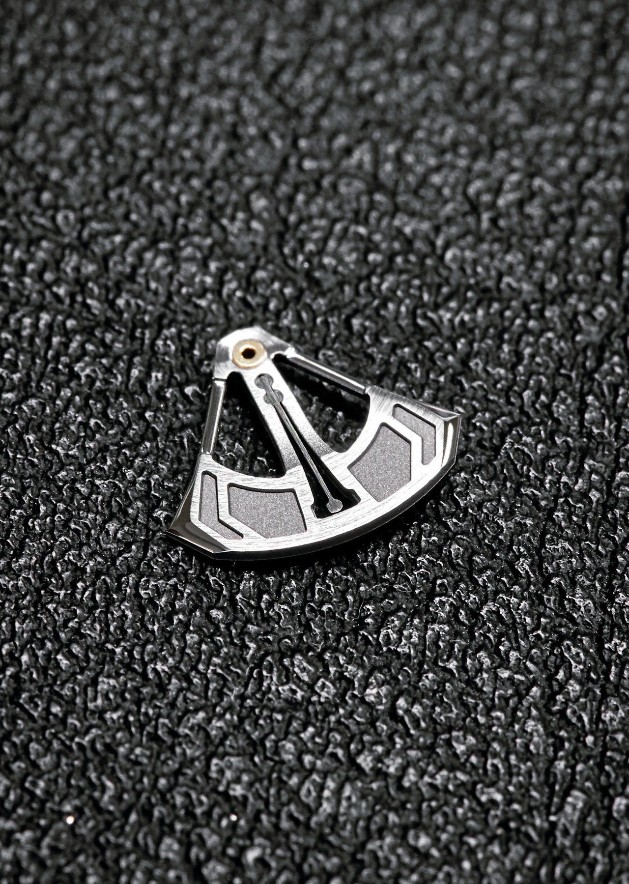 RM 62-01 ACJ陀飛輪振動鬧鈴腕表,採用了白金擺錘來創造「振動」效果。圖...