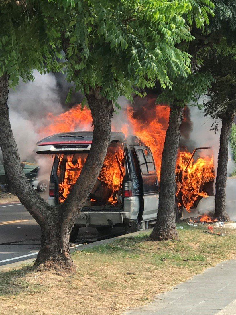 台中市大里區立元路的水防道路上一輛廂型車昨上午突然起火,疑是後後車廂放了打火機及...