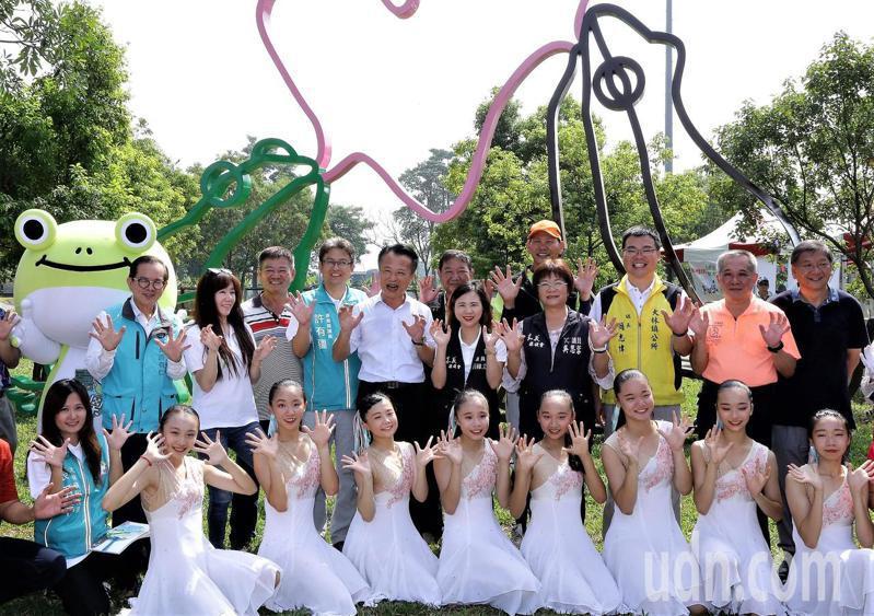 國際藝術家霍夫曼設計的「泡泡樹蛙」移置大林鎮運動綠廊,今天剪綵啟用。記者卜敏正/攝影
