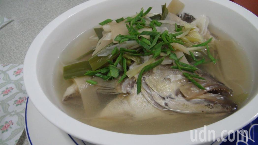 重病或術後病人需要補充營養卻經常沒有胃口,而清淡不油膩且營養價值高的魚湯是良好的...