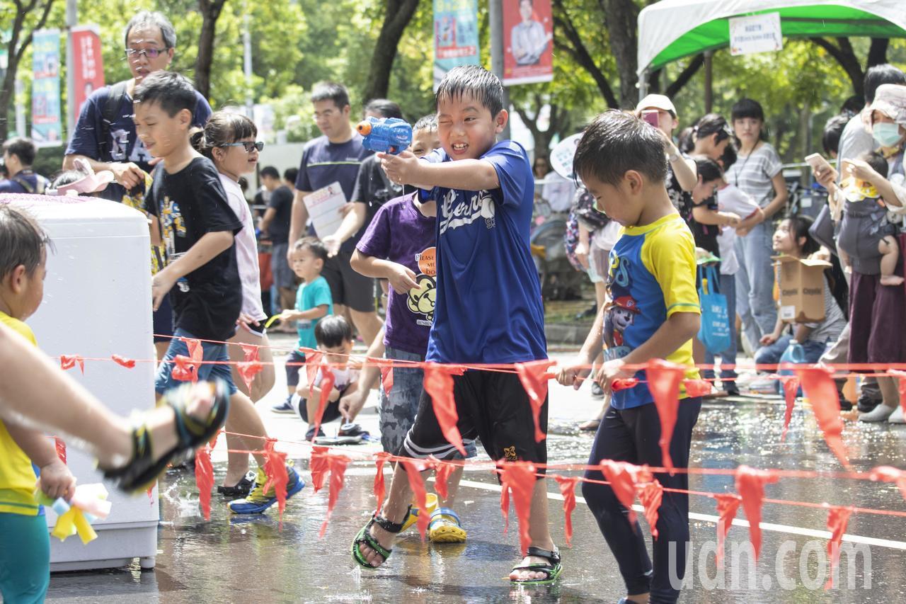 封街塗鴉馬路、打水仗 孩子玩瘋了