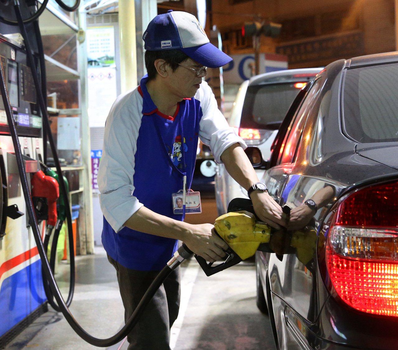 下周汽油價格估不調整、柴油漲1角。本報資料照片