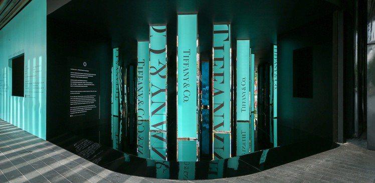 Tiffany匠心妙藝品牌展覽入口,就以招牌的藍色點綴,成為不少人的打卡點。圖/...