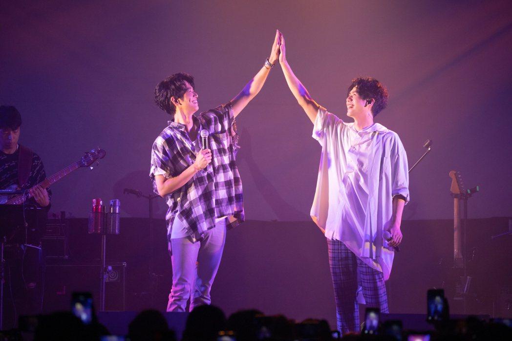 劉以豪(左)與蔡旻佑掌心相貼。圖/何樂音樂提供