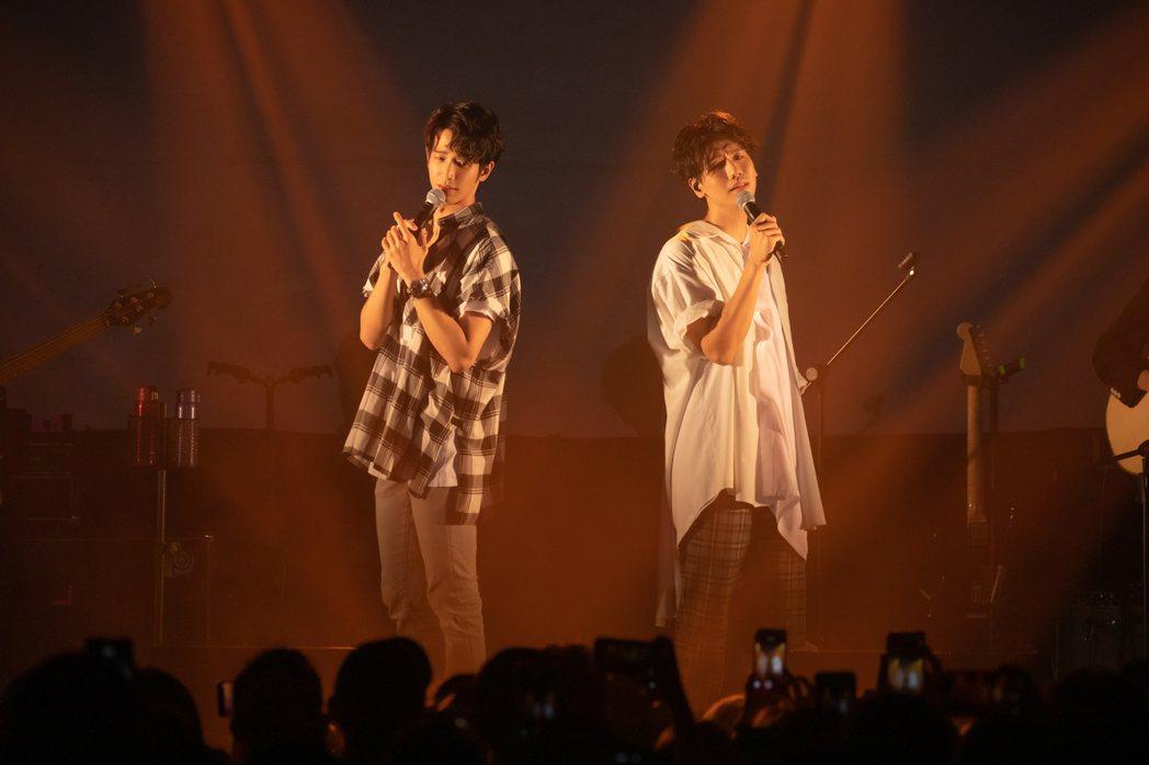 劉以豪(左)與蔡旻佑合唱男男版「有一種悲傷」。圖/何樂音樂提供