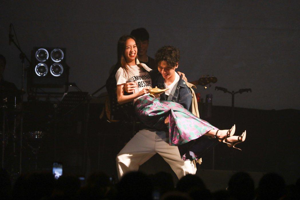 蔡旻佑抱著劉容嘉離場。圖/何樂音樂提供