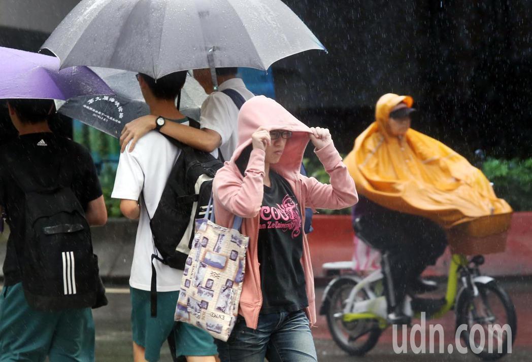 中央氣象局說,輕颱米塔周一下半天到周二清晨影響最為劇烈。聯合報系資料照