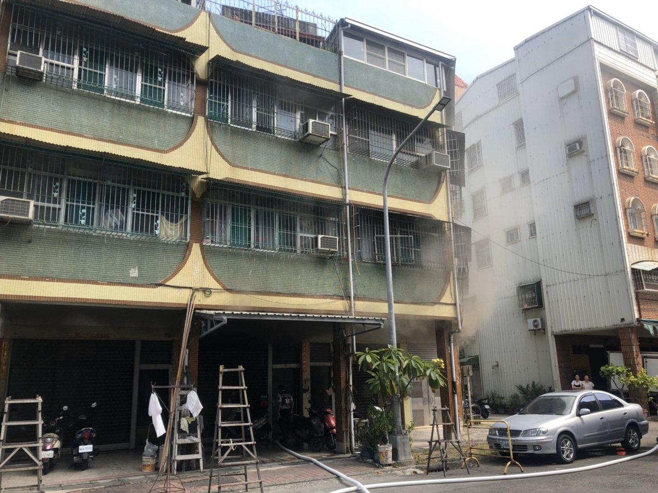 高雄市三民區正忠路今早發生火警,這間5名孩子與阿嬤同住的住宅,疑似因為電線走火,...