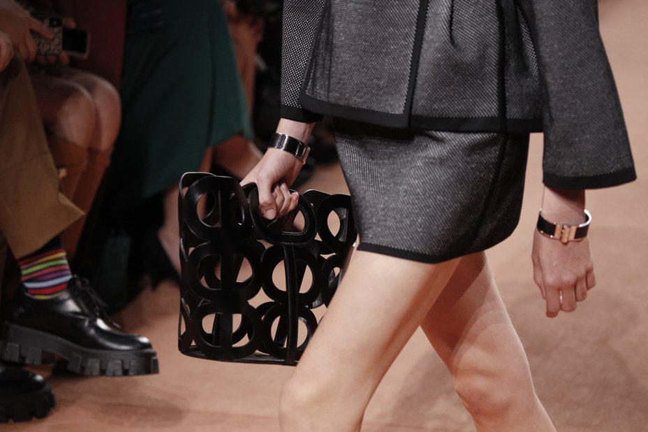 穿孔式的袋包,在視覺上呈現穿透的輕盈感,是Hermès2020春夏系列女裝重點配件之一。圖/美聯社