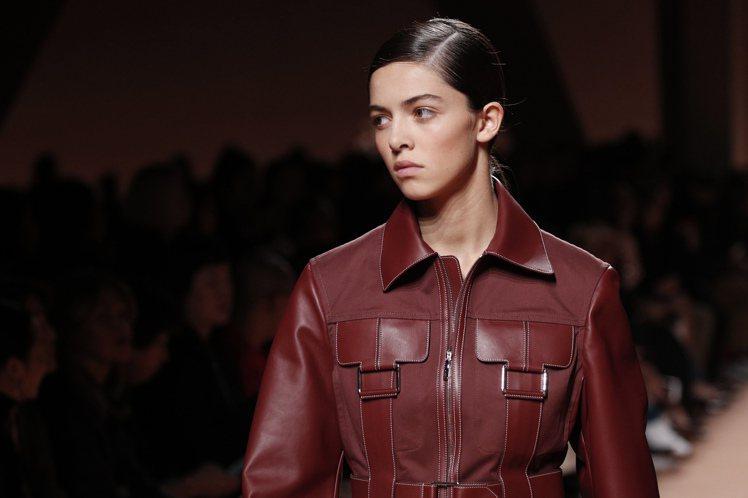 鞍具的扣環、金屬裝飾也散見於不同的皮夾克、大衣或連身皮革洋裝之上,讓簡鍊的線條,...