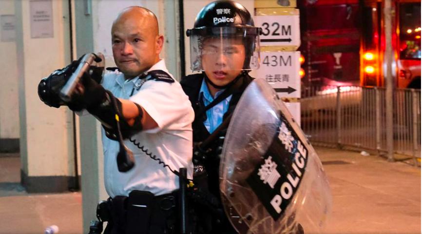 7月30日,香港警察劉澤基舉槍驅散圍堵葵涌警署的示威民眾。 事後被大陸捧為英雄,...