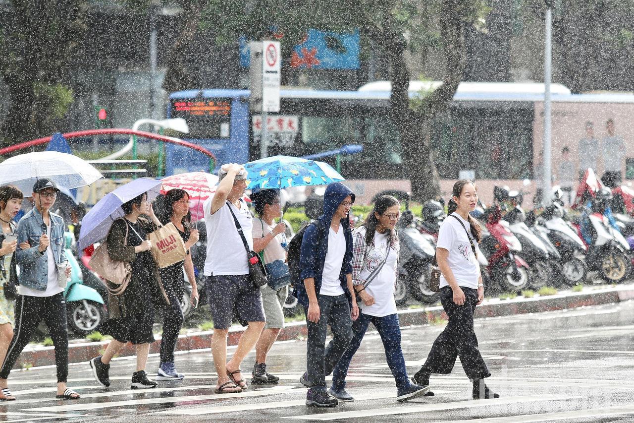 米塔颱風暴風圈持續擴大。記者林伯東/攝影