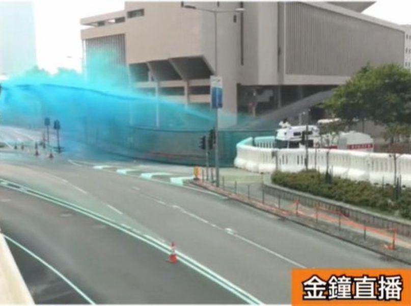 港警水炮車發射顏色水。圖╱取自香港有線新聞截圖
