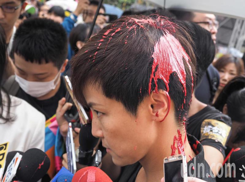 民間社團、在台港生等團體今天舉辦「929台港大遊行:撐港反極權」活動,香港藝人何韻詩在接受媒體訪問時,突然後方有一位人士對她潑紅色液體。記者陳柏亨/攝影
