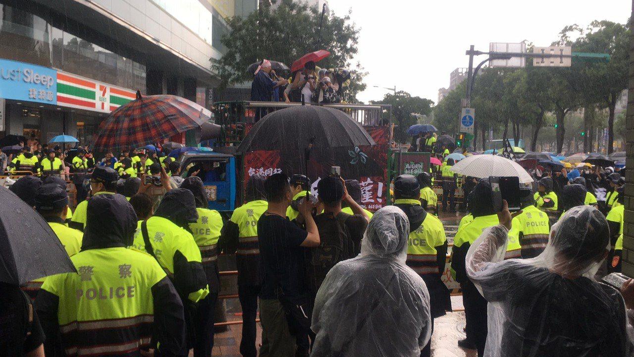 數百名警力配合護欄組成3道人牆,隔開雙方人馬。記者李隆揆/攝影