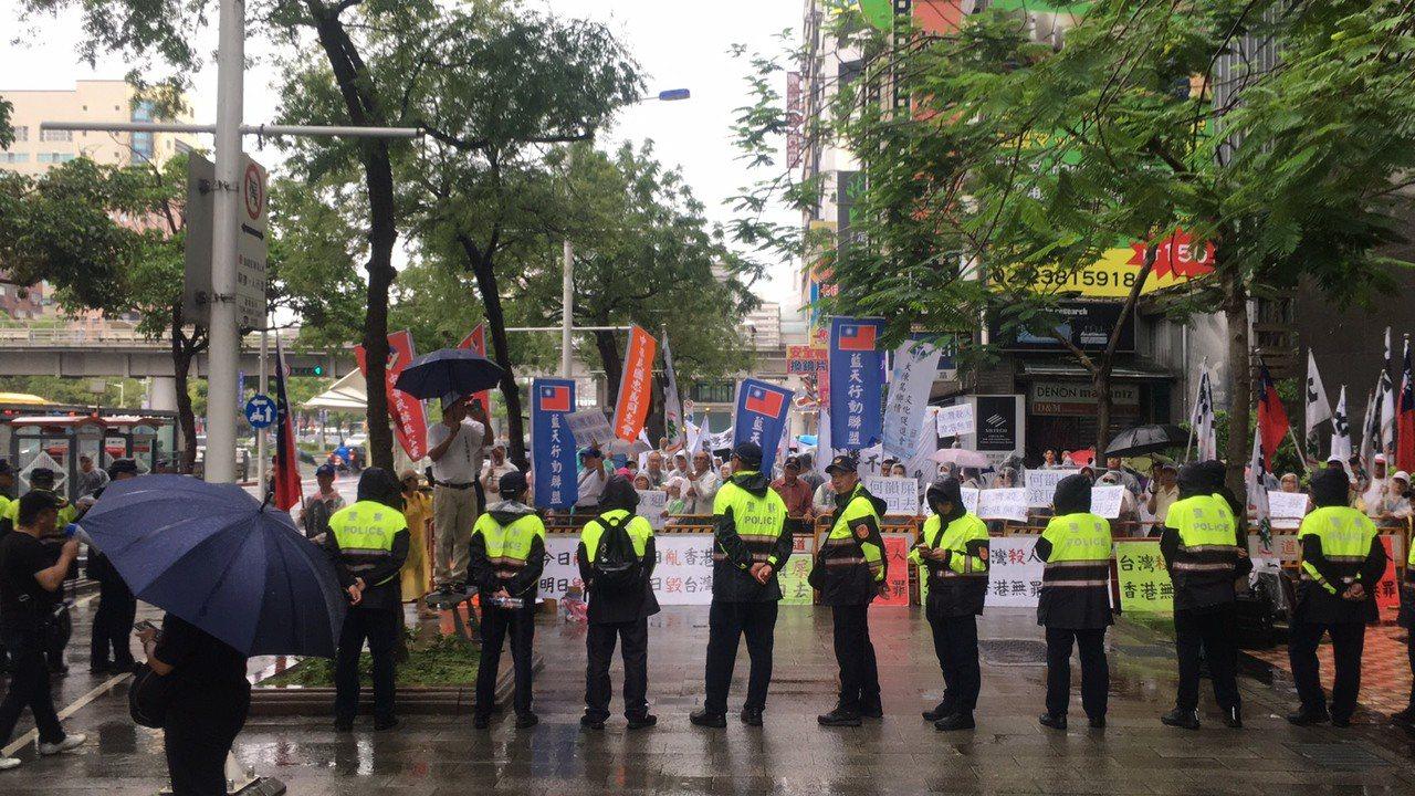 挺港大遊行今天登場,遊行隊伍於下午4時許行經台北市中華路、漢口街口時,與反港人士...