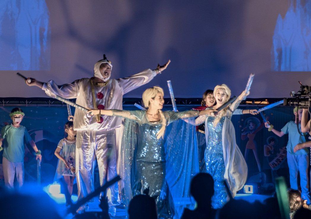 哈孝遠、巴鈺化身「冰雪奇緣」角色雪寶、艾莎,並與舞團一同表演。圖/台中國際動畫影