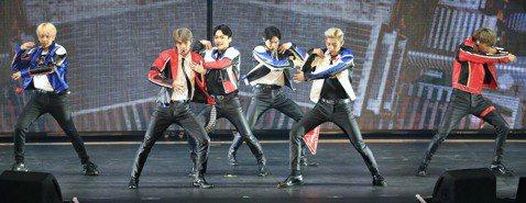 韓團EXO 29日在台北小巨蛋進行第二場演唱會,1.1萬粉絲更加狂熱,讓EXO不得不開口維持秩序,請搖滾區的粉絲別再往前擠。抱病上場的世勳雖然還是不太舒服,但臉上多了不少笑容,讓粉絲鬆了口氣。伯賢先...