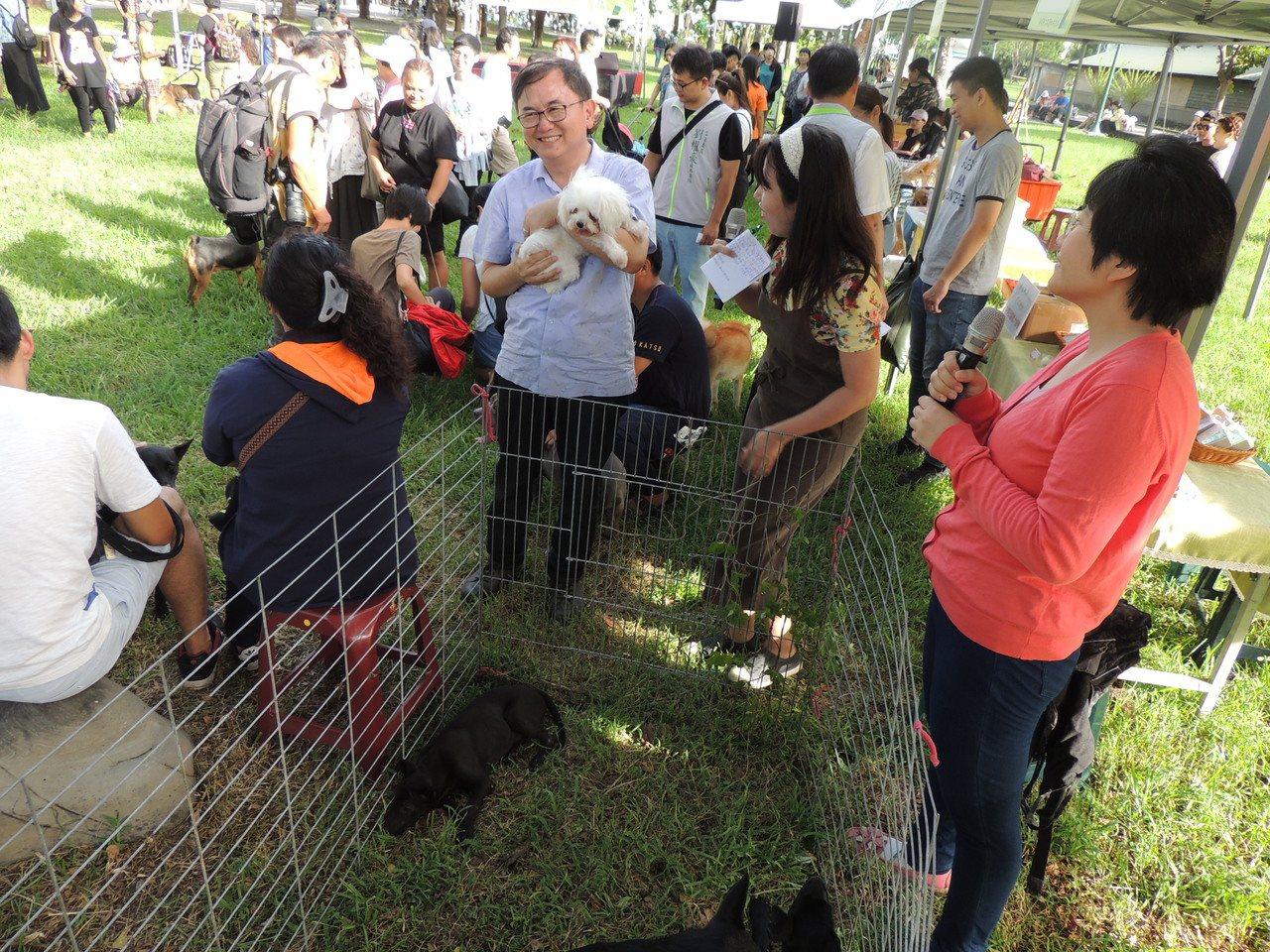 台東立委劉櫂豪(中)今天下午3點半在台東市鐵花村舉辦寵物趴活動,吸引上百位毛爸爸...