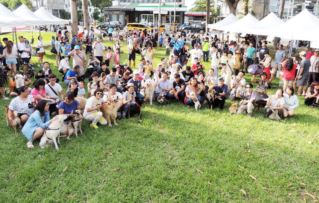 台東立委劉櫂豪(前排中)今天下午3點半在台東市鐵花村舉辦寵物趴活動,團隊合照加同...