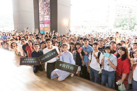 國片「返校」全台票房自20日上映以來總計9天已超過1億3000萬,28日前進台南和粉絲會面,沒想到現場擠爆,台南中西區中山路差點癱瘓。現場目測應該有超過7、800名觀眾都來看「返校」,但因時間關係只...