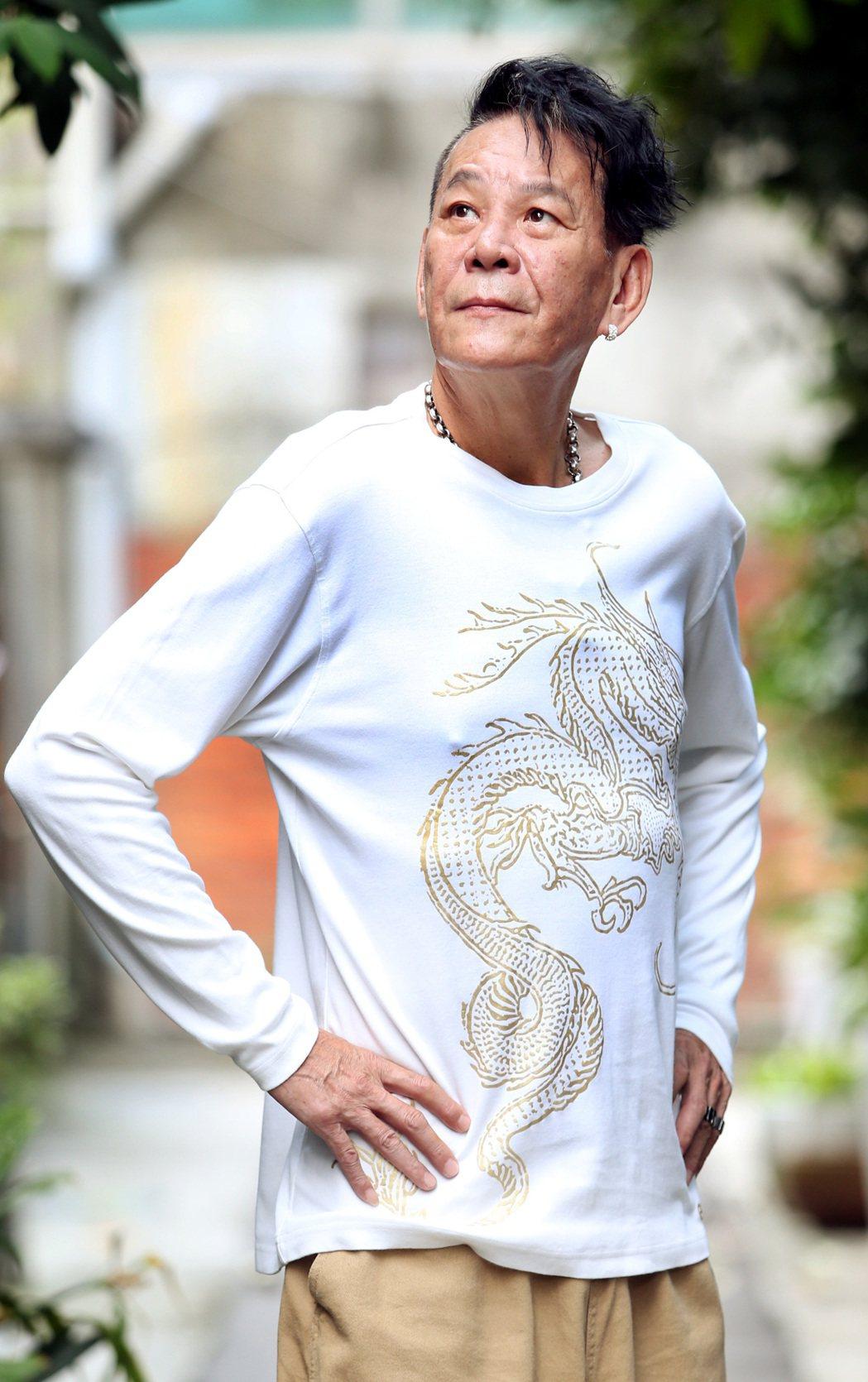 龍劭華的造型向來很新潮,身上的褲子還是女兒陳璇的。記者侯永全/攝影