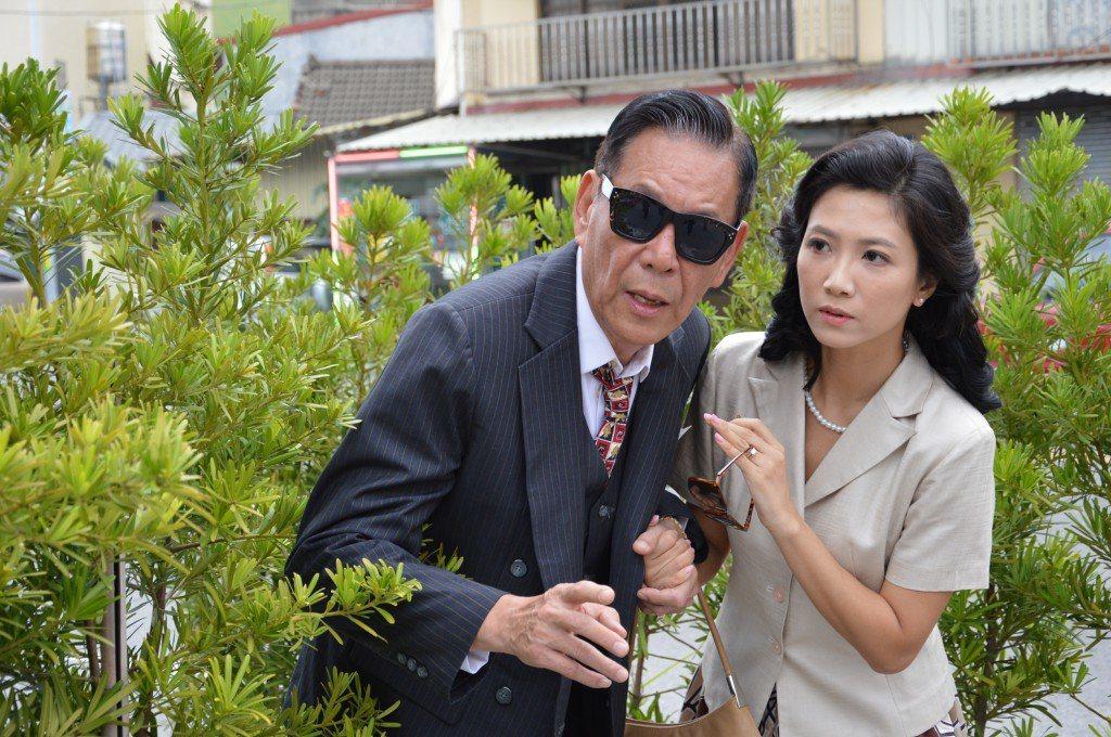 龍劭華在「菜頭梗的滋味」中飾演黑道大哥,徐麗雯飾演小老婆。圖/大愛台提供