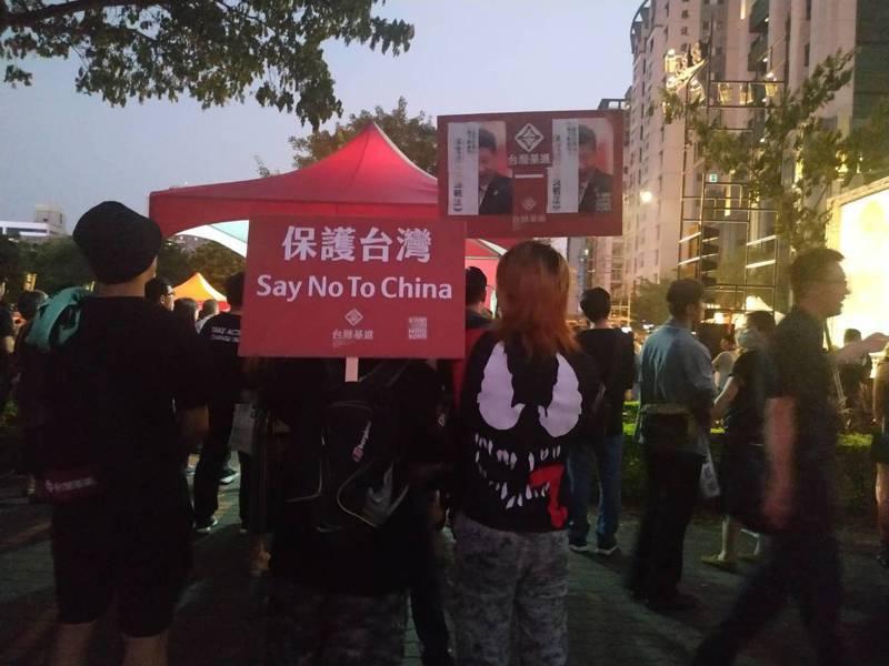 港生組織今傍晚在高雄鼓山區神農路舉辦「929反極權」聲援香港,除民進黨、時代力量立委及議員外,還有學者與民間團體到場表達支持。記者邱奕能/攝影