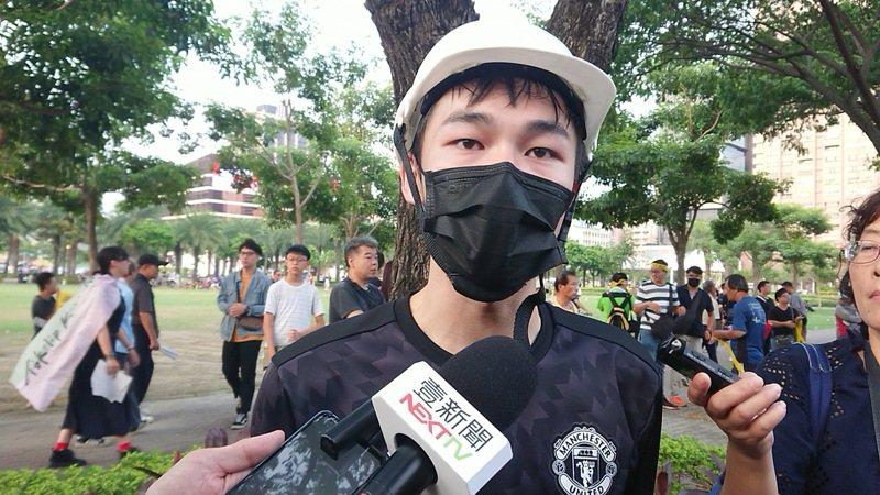 高雄香港學生逃犯條例關注組總召鄧俊儒活動前受訪認為,台灣政黨目前以綠營較支持香港反送中活動,藍營及其總統候選人則「相當冷漠」。記者蔡容喬/攝影