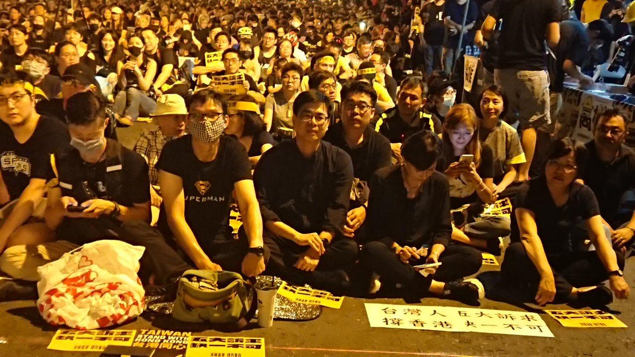 行政院副院長陳其邁晚間出席「929反極權」高雄集會,針對韓國瑜競辦聲明指蔡政府支...