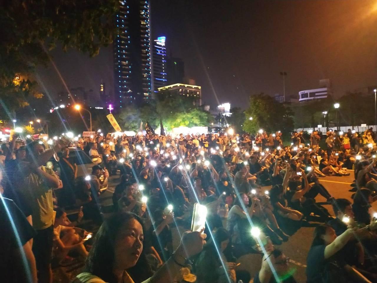 港生團體今晚在高雄鼓山區凹仔底公園舉辦929反極權活動,主辦方宣稱有5000人到...