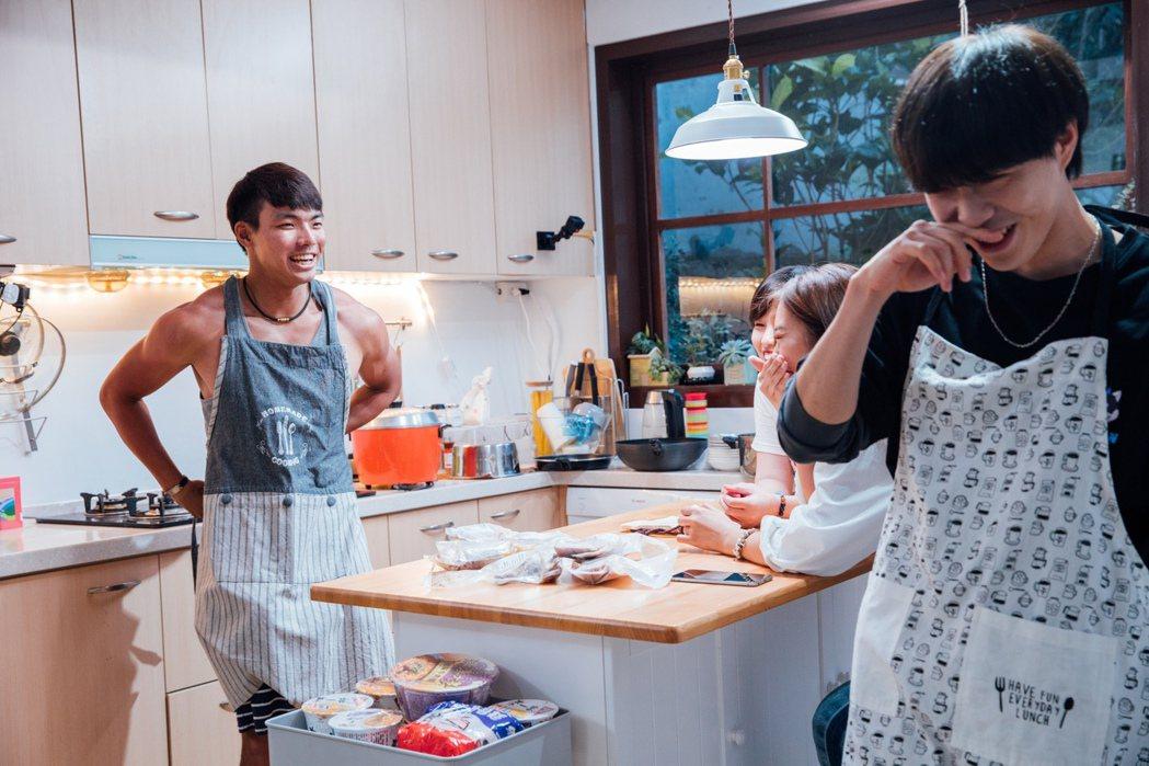 禹森下廚展現好身材。圖/麥卡貝提供
