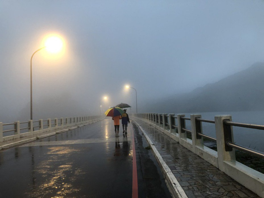 桃園市復興區明天停班停課,圖為石門水庫壩頂上午風雨情形。記者鄭國樑/攝影