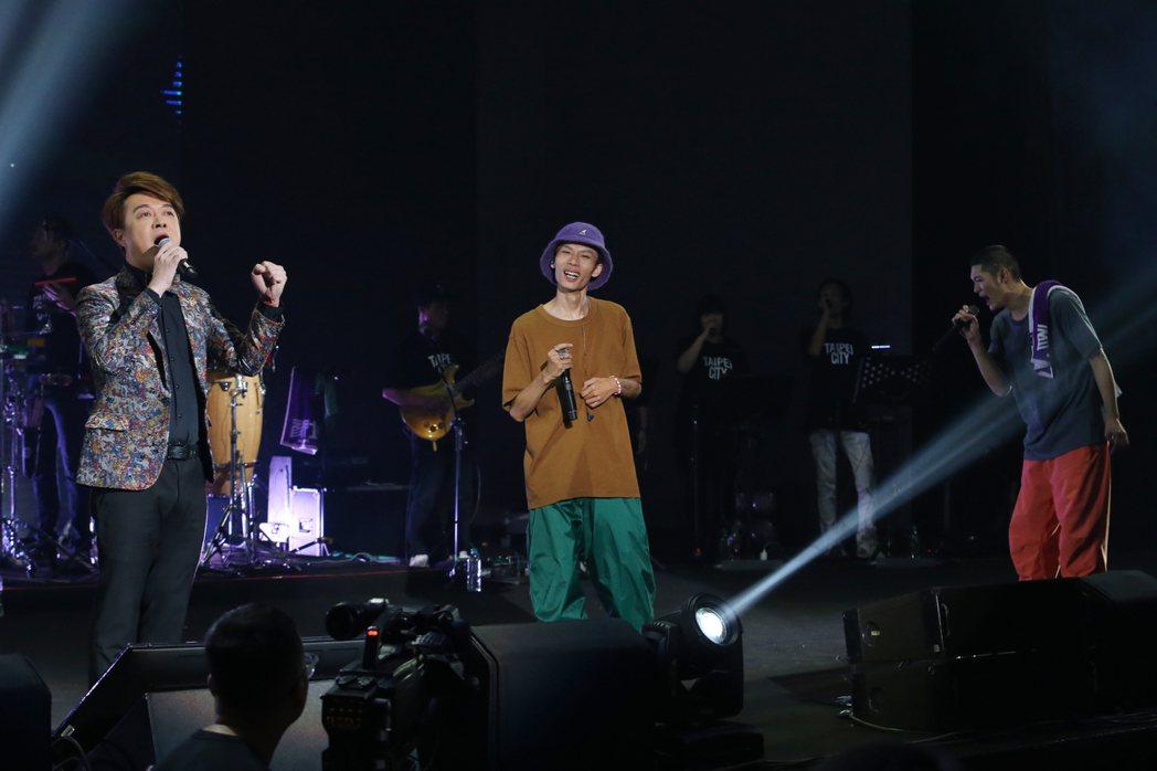 金曲歌王Leo王(右)及搭檔春艷(中)所組成的「夜貓組」首次在TICC台北國際會...
