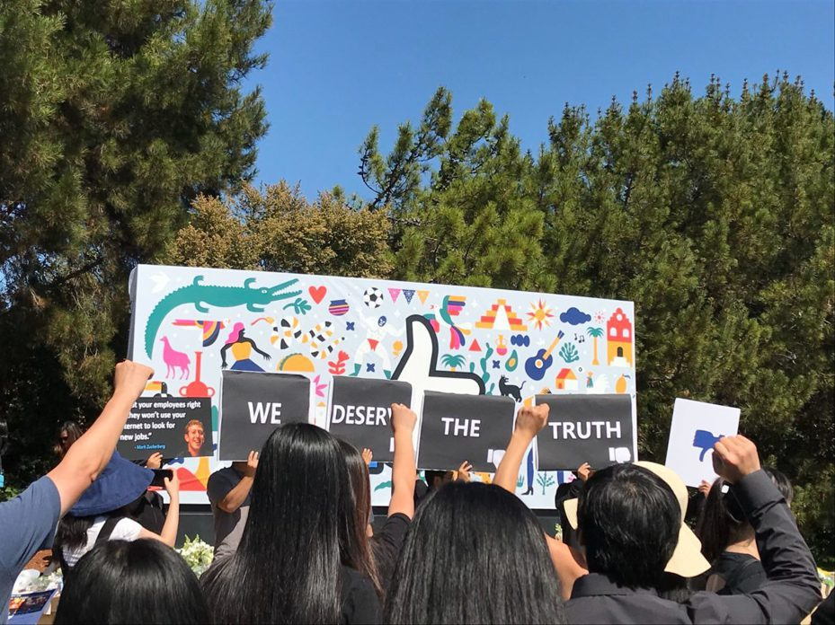 舊金山灣區幾百名華人工程師26日穿黑衣,來到臉書總部,獻花悼念陳勤,並舉抗議牌「我們應該得到真相」,希望臉書徹查死者自殺原因。圖/取自史丹福日報
