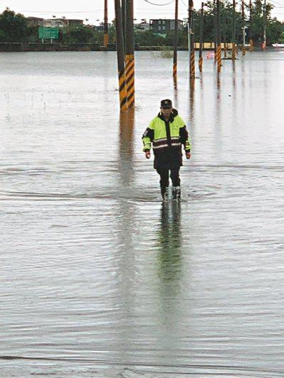 宜蘭壯圍鄉低窪地區昨天上午一度淹水30幾公分,員警到場維護安全。 圖/警方提供
