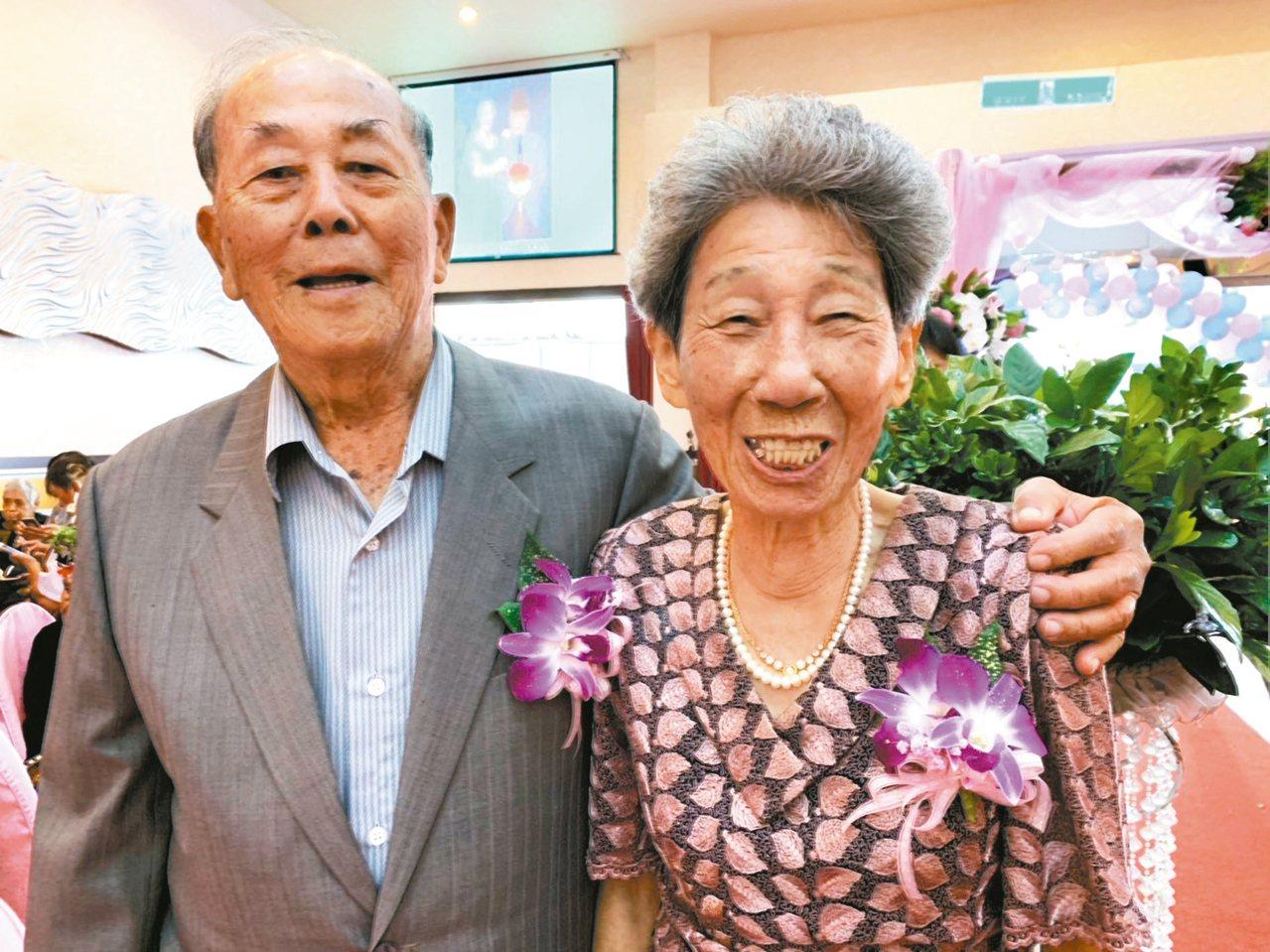來自屏東縣長治鄉的胡松明、胡徐鳳英夫婦結婚64年,恩愛如昔。 記者翁禎霞/攝影